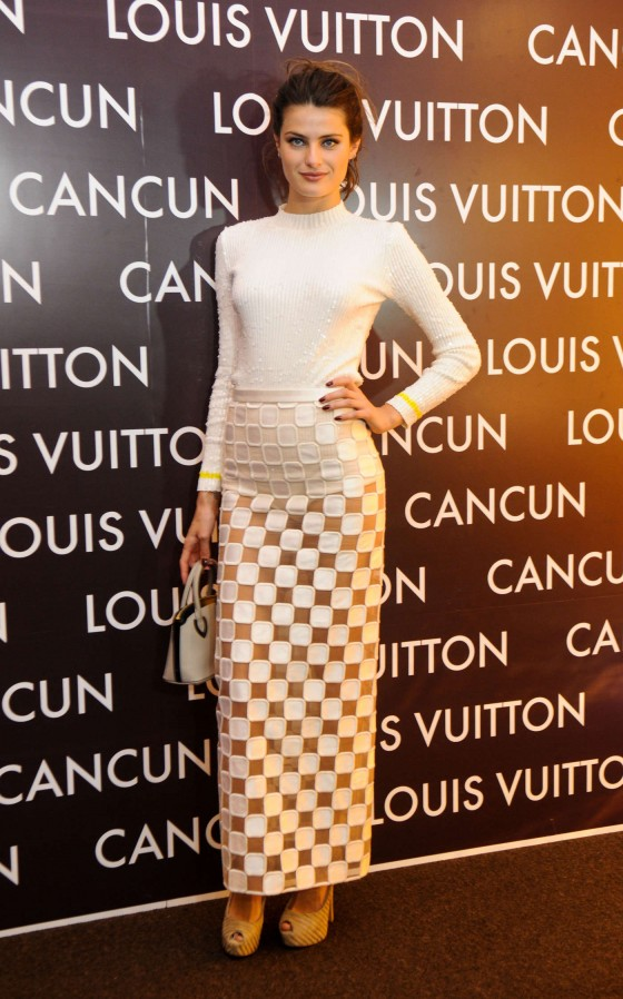 Isabeli-Fontana-at-Louis-Vuitton-Boutique-Opening-01-560x898-2